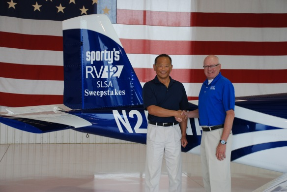Sporty's Michael Wolf congratulating sweepstakes winner Rick Okikawa.
